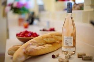 Genieten van stokbrood en rose wijn op de glamping - Last minute aanbieding Frankrijk - www.luxetenthuren.nl