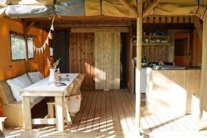 Luxe kamperen met een eethoek voorzien van een zitbank en 3 stoelen - glamping vakantie - www.luxetenthuren.nl