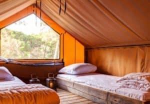 Wat is glamping? De betekenis van glamorous camping.