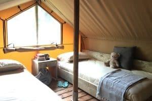 Lodge tent met badkamer voorzien van loft, extra verdieping met 2 videbedden boek je bij - glamping vakanties - www.luxetenthuren.nl