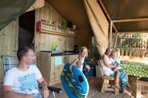 Luxe lodgetent is kamperen met een blij gezicht - glamping vakantie - www.luxetenthuren.nl