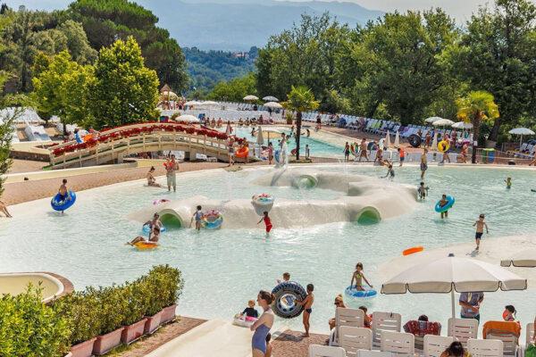 Norcenni Girasole club - camping Italie Toscane -kinderen zwemmen - www.LuxeTentHuren.nl